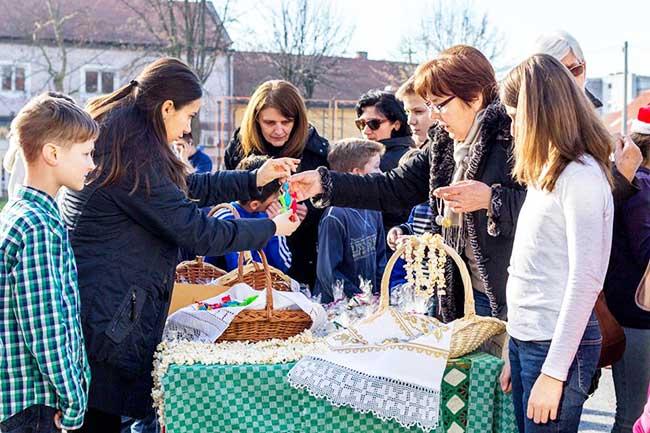 Učenici zajedno sa svojom učiteljicom prodaju božićne ukrase