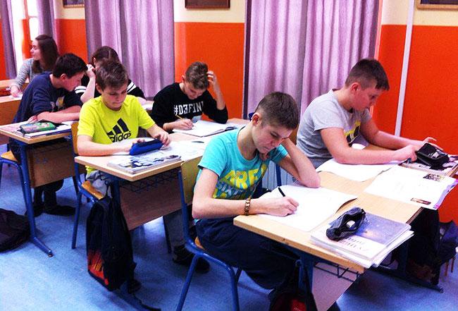 Učenici pišu zadaću