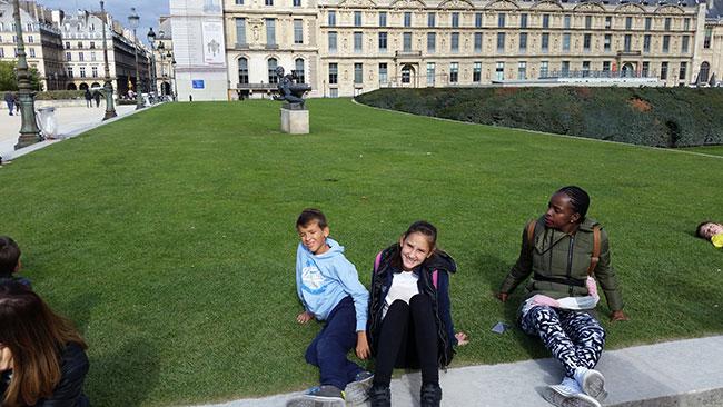 Nina se odmara ispred najpoznatijeg muzeja na  svijetu  –  Louvrea