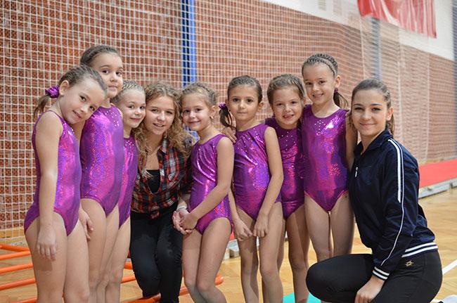 Mlade gimnastčarke sa svojom trenericom Sarom Naletilić
