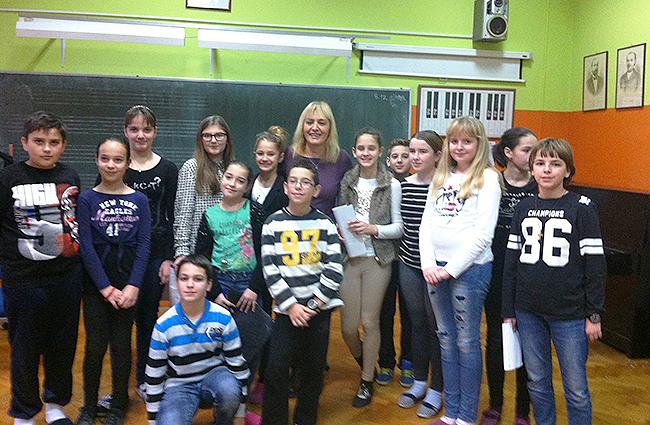 Sanja Pilić okružena učenicima naše škole