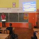 Učenici pozorno slušaju predavanje