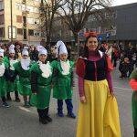 Učiteljica Ivana kao Snjeguljica sa svojim učenicima patuljcima