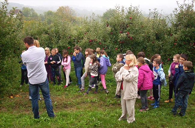 Učenici pažljivo slušaju izlaganje o uzgoju jabuka