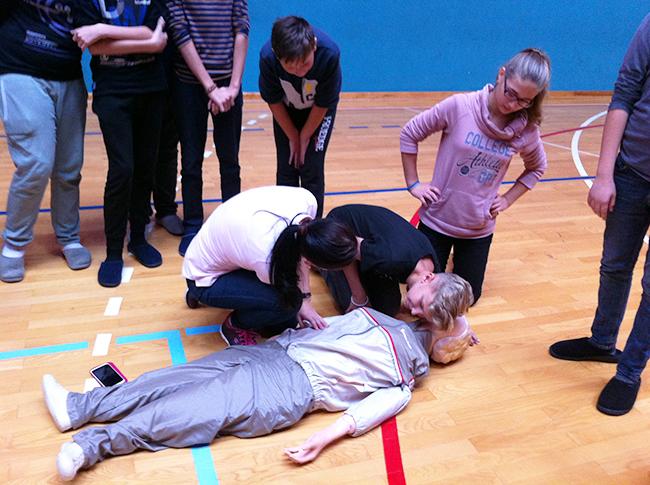 Učenici vježbaju kako pružiti prvu pomoć kod zastoja srca