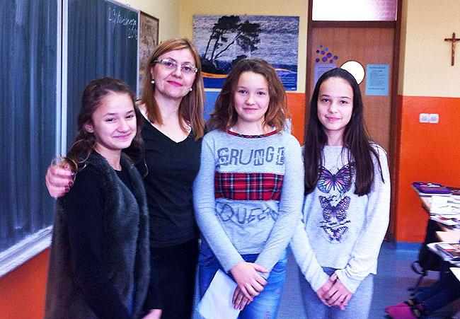 Nagrađene učenice sa svojom mentoricom prof. Marijom Matić