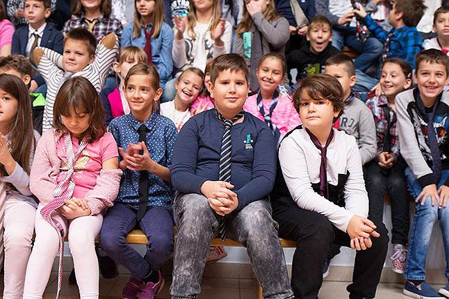 Učenici nose kravate