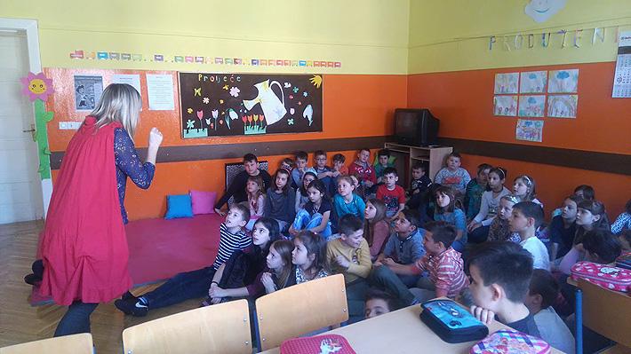 Učenici sa zanimanjem slušaju priču